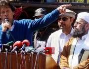 اسلامآباد، تحریک انصاف کے چئیرمین عمران خان اپنی رہائشگاہ کے باہر ..