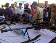 لاہور، یوم پاکستان کے موقع پر ایوب سٹیڈیم کینٹ میں شہری اور بچے اسلحہ ..