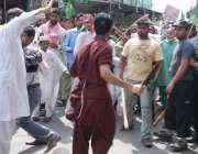 فیصل آباد، سنی تحریک کے کارکنوںاور تاجروں میں تصادم کا ایک منظر۔