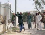 کراچی، رینجرز اہلکار اپنی نگرانی میں سوسائٹی 33 عبداللہ شاہ غازی میں ..