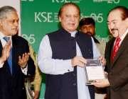 کراچی، وزیراعظم نواز شریف کے ایس ای میں تقریب کے دوران ایوارڈز دے رہے ..