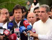 لاہور، تحریک انصاف کے چئیرمین عمران خان میڈیا سے گفتگو کر رہے ہیں۔