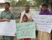 لاہور: پنڈی بھٹیاں کے رہائشی اپنے مطالبات کے حق میں احتجاج کر رہے ہیں۔