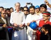 پشاور: وزیراعلیٰ پرویز خٹک مفتی محمود فلائی اوور کا افتتاح کر رہے ہیں۔