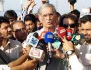 پشاور: وزیراعلیٰ پرویز خٹک مفتی محمود فلائی اوور کے افتتاح کے بعد میڈیا ..