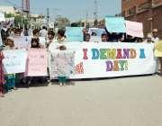 پشاور: سپارک کے زیراہتمام چلڈرن ڈے کے حوالے سے مظاہرین احتجاجی مظاہرہ ..