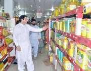 فیصل آباد: صوبائی وزیر خوراک بلال یاسین فیصل آباد میں ایک سٹور پر گھی ..