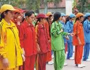 پشاور: خواتین سپورٹس گالا کی افتتاحی تقریب میں کھلاڑی قومی ترانہ کے ..