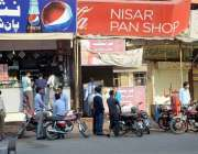 فیصل آباد: پان شاپ پر کالج کے طلبہ سگریٹ نوشی کرنے میں مصروف ہیں۔