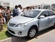 کراچی، 16اپریل : کورنگی میں ایس ایچ او پریڈی کی گاڑی جائے حادثہ پر موجود ..