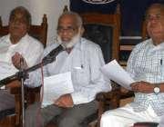 کراچی: پریس کلب میں پاکستان پیشنرز فورم سندھ کے صدر پروفیسر سید طاہر ..