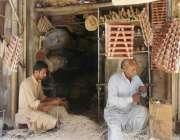 راولپنڈی : موچی بازار میں کاریگر روم کولر کے استعمال ہونے والا سامان ..