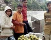 مظفر آباد: ٹاہلی منڈی روڈ پر گھر کے سات افراد کا پیٹ پالنے کے لیے کیلے ..