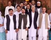 پشاور: وزیر اعلیٰ خیبر پختونخوا پرویز خٹک کا پی ٹی آئی کے کارکنوں کے ..
