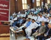 پشاور: گورنر خیبر پختونخوا سردار مہتاب احمد خان خیبر میڈیکل کالج کو ..