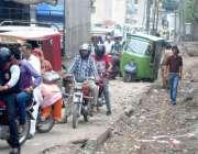 راولپنڈی: میٹروبس پراجیکٹ میں تباہ ہونے والی مری روڈ پر پھنسے رکشہ ..
