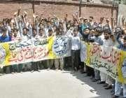 لاہور: سول لائنز کالج کے طلبہء اپنے مطالبات کے حق اور لوڈ شیڈنگ کے خلاف ..