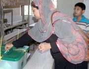 کراچی: حلقہ NA246کے ضمنی الیکشن کے موقع پر پولنگ اسٹیشنوں پر خواتین ووٹ ..