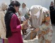 کراچی : حلقہ NA246کے ضمنی الیکشن کے موقع پر رینجرز کی اہلکار خواتین ووٹرز ..