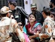 کراچی: حلقہ NA246کے ضمنی الیکشن کے موقع پر ایک پولنگ اسٹیشن پر خاتون رینجرز ..