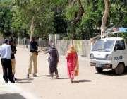 کراچی: حلقہ NA246کے ضمنی الیکشن کے موقع پر پولیس اہلکار ووٹرز کے شناختی ..