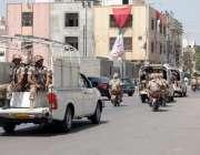 کراچی: حلقہ NA246کے ضمنی الیکشن کے موقع پر رینجرز اہلکار شہر میں گشت کر ..