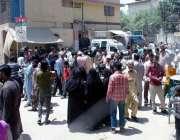 کراچی: حلقہ NA246کے ضمنی الیکشن کے موقع پر مختلف پولنگ اسٹیشنوں کے باہر ..