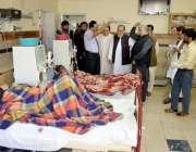 کوئٹہ: میئر کوئٹہ ڈاکٹر کلیم اللہ کاکڑ سول ہسپتال میں وارڈ کے دورے کے ..
