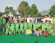 پشاور: انٹرڈسٹرکٹ ہاکی چمپئن شپ کے سیمی فائنل کے موقع پر مہمان خصوصی ..
