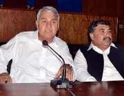 پشاور: پاکستان پیلز پارٹی کے صوبائی صدر خانزادہ خان پریس کانفرنس سے ..