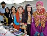 کوہاٹ: جشن بہاراں فیسٹیول میں شریک ٹوورازم سٹالز کی خواتین کا گروپ ..