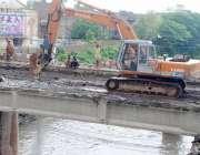 راولپنڈی: نالہ لئی پر خستہ حال پل کی تعمیر کے لیے پرانے پل کو اکھاڑا ..