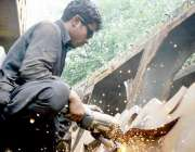 ٹیکسلا: مزدوروں کے عالمی دن سے بے خبر محنت کش لوہے کی رگڑائی کے کام میں ..
