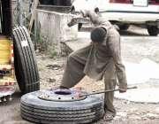 ٹیکسلا: مزدوروں کے عالمی دن سے بے خبر ایک کم عمر لڑکا خاندان کا پیٹ پالنے ..