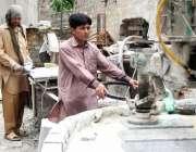 ٹیکسلا: مزدوروں کے عالمی دن سے بے خبر دو محنت کش ٹائلوں کی رگڑائی کے ..