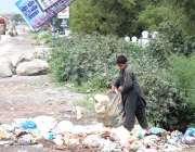 ٹیکسلا: خانہ بدوش لڑکا جی ٹی روڈ کنارے کچرے کے ڈھیر سے کار آمد اشیاء ..