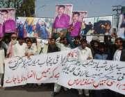 لاہور: فیصل آباد کے رہائشی مقامی پولیس کے ہاتھوں انصاف نہ ملنے کے خلاف ..