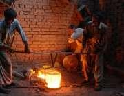 لاہور: مزدوروں کے عالمی دن سے بے خبر محنت کش بھٹی پر کام کرنے میں مصروف ..
