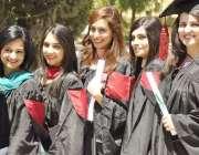راولپنڈی: میڈیکل کالج میں سالانہ تقریب میں شرکت کے لیے طالبات قطار ..