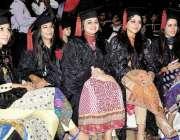 راولپنڈی: میڈیکل کالج میں سالانہ تقریب میں طالبات شریک ہیں۔