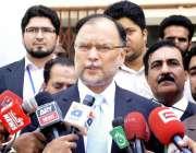 راولپنڈی: میڈیکل کالج میں تقریب کے اختتام پر وفاقی وزیر احسن اقبال ..