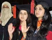 راولپنڈی: میڈیکل کالج کی سالانہ تقریب میں طالبات فوٹو گرافر کو پوز ..