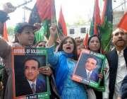 راولپنڈی: آصف علی زرداری کی پیشی کے موقع پر کارکن کچہری کے باہر نعرے ..