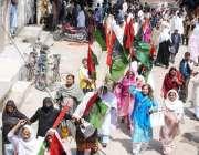 راولپنڈی: آصف علی زرداری کی پیشی کے موقع پر کارکن کچہری کے باہرجمع ہیں۔