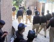 راولپنڈی: آصف علی زرداری کی پیشی کے موقع پر پولیس اہلکار کچہری کے ارد ..