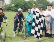 پشاور: انٹر ریجنل ویمن سائیکلنگ چمپئن شب کے موقع پرڈائریکٹر سپورٹس ..