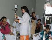 لاہور: سندس فاؤنڈیشن شادمان میں تھیلیسیمیا کے مریض بچوں کو لیڈی نرس ..