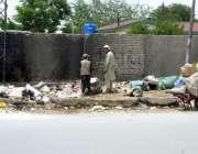 کوئٹہ: زرغون روڈ پر خانہ بدوش بچے کچرے کے ڈھیر سے کار آمد اشیاء تلاش ..