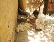 فیصل آباد: ایک محنت کش کچہری بازار میں چینی کا لاشا بیچنے کے لیے تیار ..