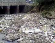 لاہور: جیل روڈ کینال پارک کے قریب سے گزرنے والے گندے نالے نے کوڑے کے ..
